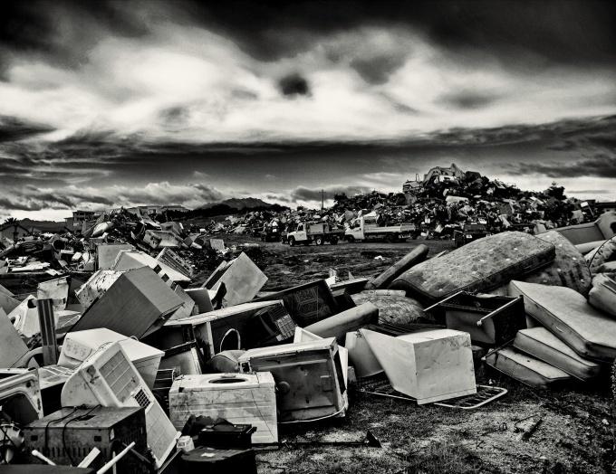 Foto di Pietro Pala (Olbia Luogo di raccolta oggetti di scarto dalle case alluvionate)