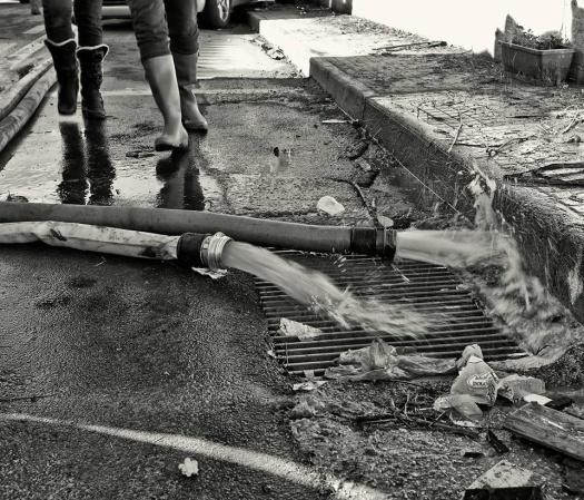 Fotografia di Pietro Pala (I tubi delle idrovore che aspiravano l'acqua dalle case)